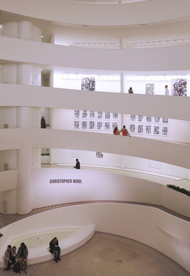 De la Rotonda famoso en Solomon R   Museo de Guggenheim del arte moderno y contemporáneo durante la exposición de Christopher Wool imagen de archivo libre de regalías