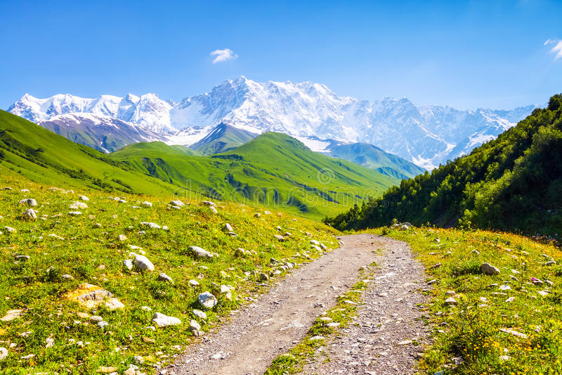 De la route large ouvre la vue fascinante des montagnes rocheuses photographie stock