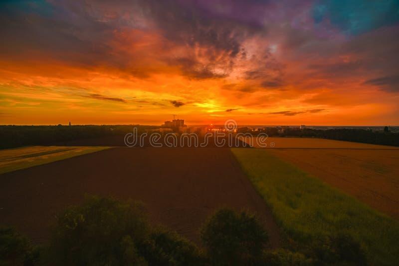 De la salida del sol de la ciudad naturaleza clara anaranjada temprana del campo lejos imagen de archivo