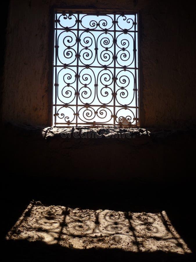De la ventana contraluz marroquí desde adentro - fotos de archivo libres de regalías