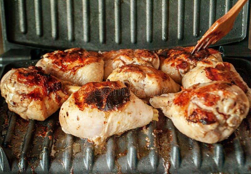 De la viande de poulet est faite cuire sur un gril électrique photos libres de droits