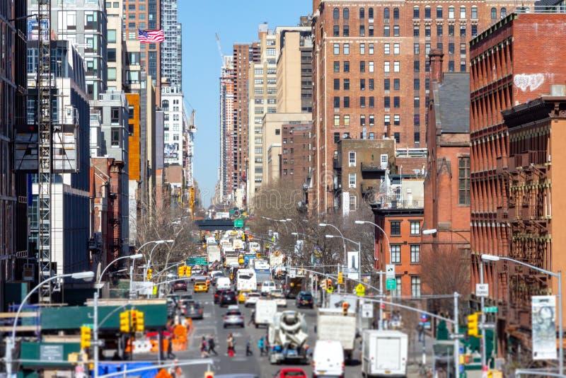 De la visión 10ma avenida de arriba abajo con la gente y los coches en New York City fotografía de archivo libre de regalías
