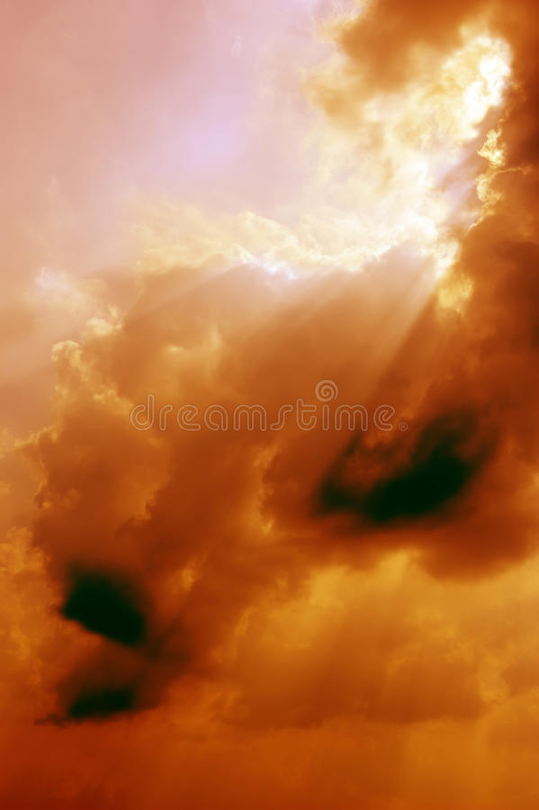 De laag en de hemel van de wolk in zonsondergang royalty-vrije stock foto