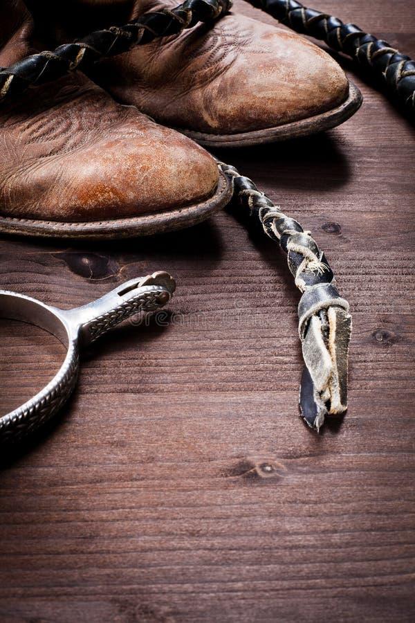 De laarzen van de cowboy ranselen en aansporingen op hout royalty-vrije stock foto's