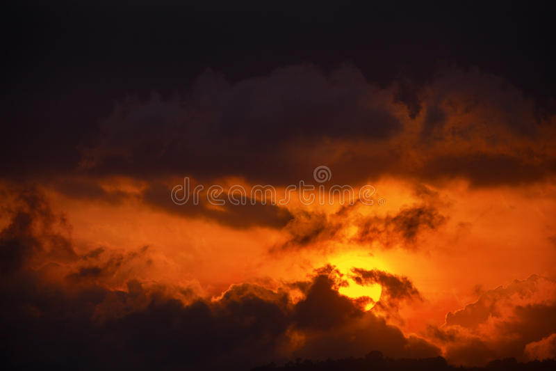 De Laatste Oranje Stralen van de zon door de Wolken bij Schemer royalty-vrije stock afbeelding