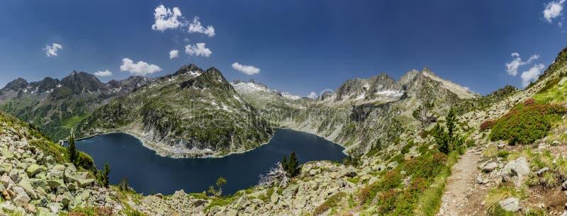 De Lac de Cap lang im Naturreservat Massif du Néouvielle lizenzfreies stockbild
