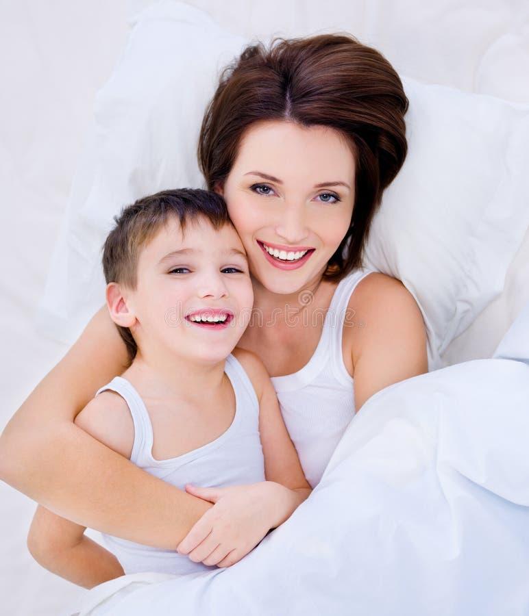 De lachende moeder van Beautioful en mooie zoon royalty-vrije stock afbeeldingen