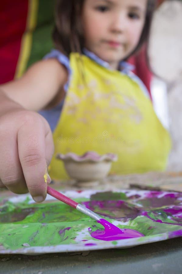 De lading van het kindmeisje met purpere kleur haar borstel royalty-vrije stock afbeeldingen