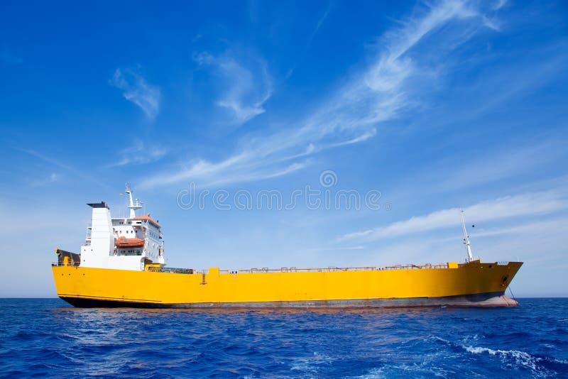 De ladings gele boot van het anker in blauwe overzees stock fotografie
