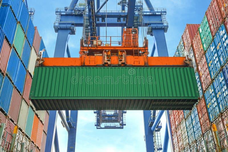 De ladingscontainers van de kustkraan in vrachtschip stock afbeeldingen