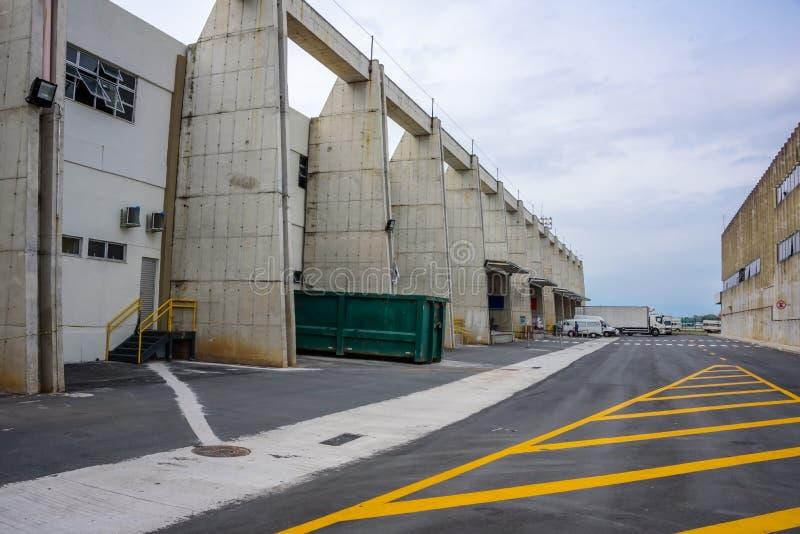 De ladingsterminal in de oude Galeao-luchthaven en het gele merken op de vloer Rio de Janeiro, Brazilië stock foto