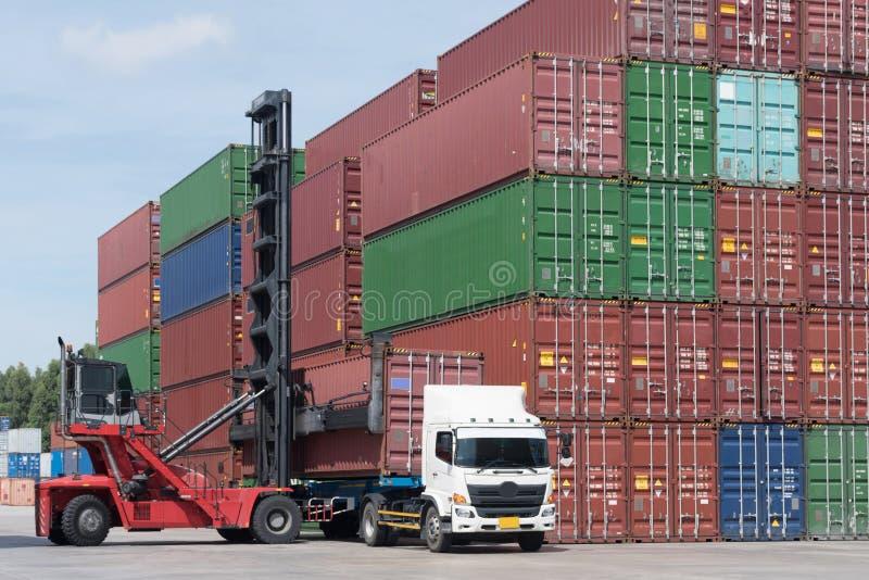 De ladingsverrichting in de haven door bereikstapelaar heft aan deriverylading op door vrachtwagen zoals voor logistiek en het ve stock afbeelding