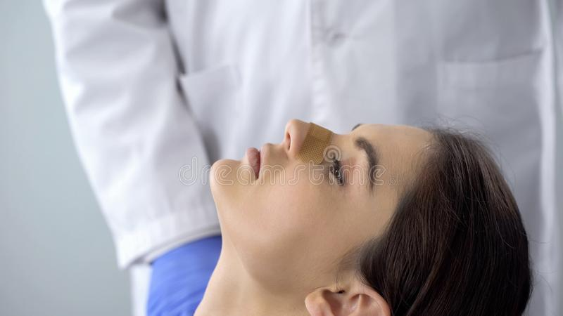 De Ladysneus plakte met pleister, rhinoplasty patiënt, controle voor breuk, close-up royalty-vrije stock afbeelding
