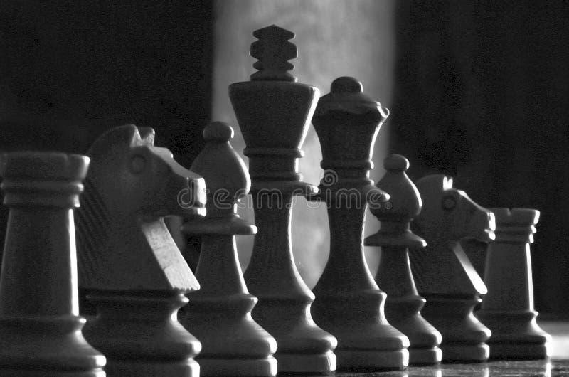 De lage hoek en sluit zeer omhoog vangst van witte schaakstukken in lo royalty-vrije stock fotografie