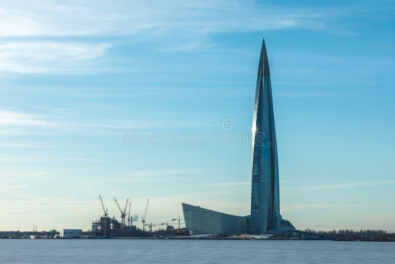 De Lahta-centrumwolkenkrabber die op de kust van Afwerkingsbaai buidling die met ijs en sneeuw dichtbij de stad van Petersburg wo stock afbeeldingen
