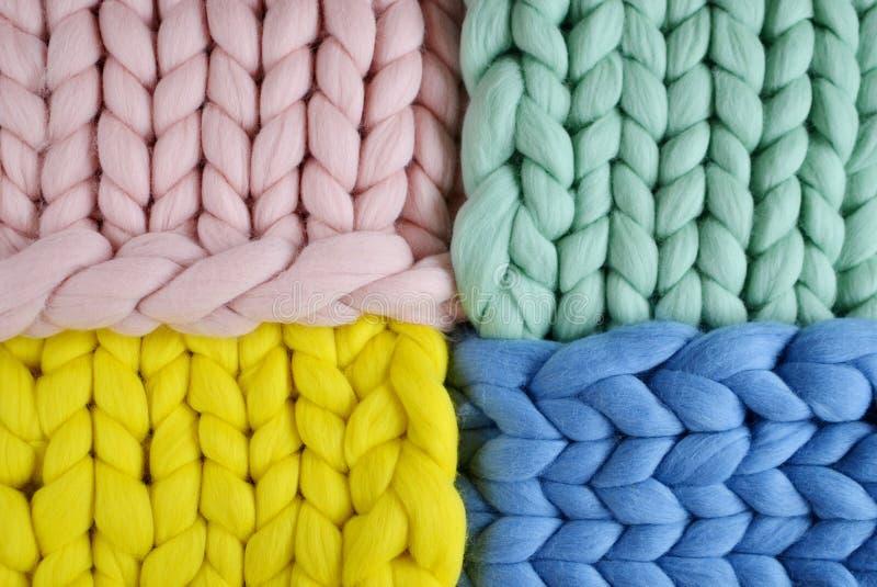 De laine bleu de plaid de rose de jaune géant de menthe tricoté images stock