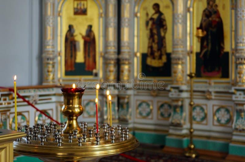 De lamp en de kaarsen in Christian Church royalty-vrije stock fotografie
