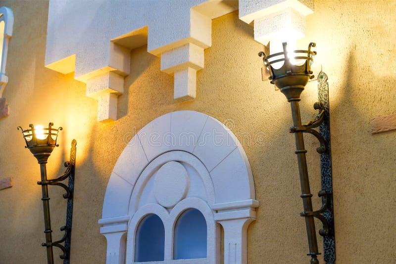 De lamp in de flat, als medio-toortstoorts wordt gemaakt in het kasteel dat stock fotografie