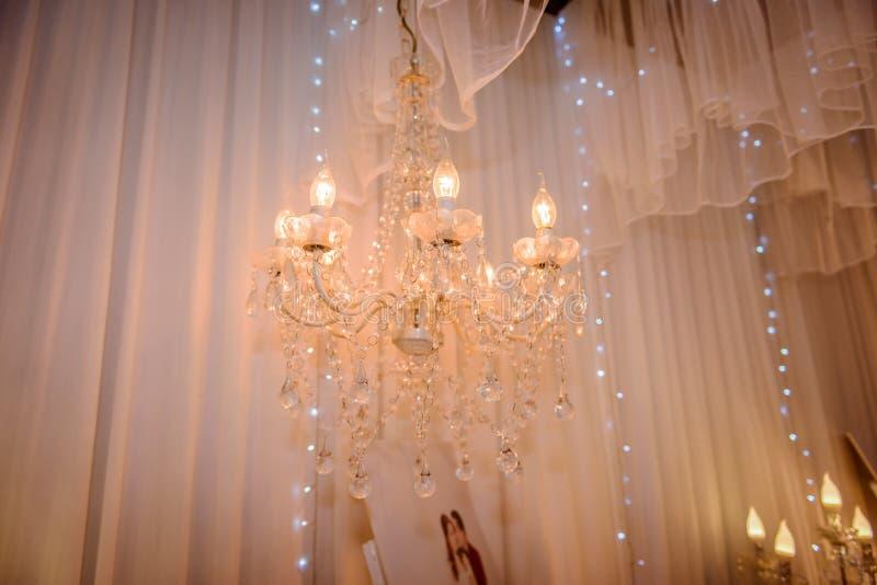 De lamp van de Chrystalkroonluchter met wit gordijn stock foto