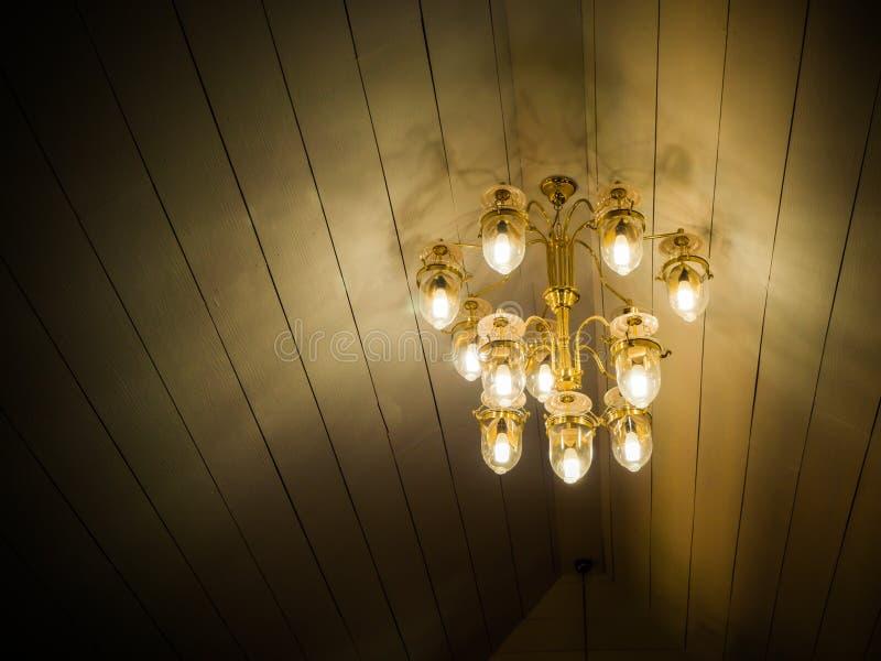 De lamp van de Chrystalkroonluchter op het plafond van een banketzaal royalty-vrije stock foto