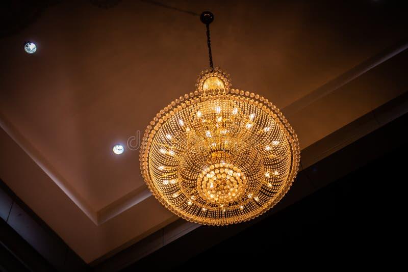 De lamp van de Chrystalkroonluchter op het plafond in Eetkamer stock foto