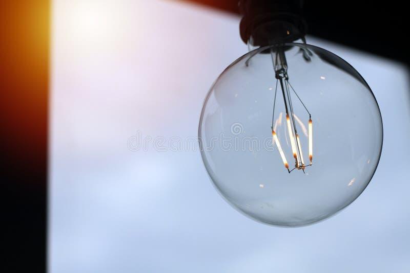 De lamp van Edison, uitstekende stijlbol, achtergrondafbeelding maakt hemel gelijk stock afbeeldingen