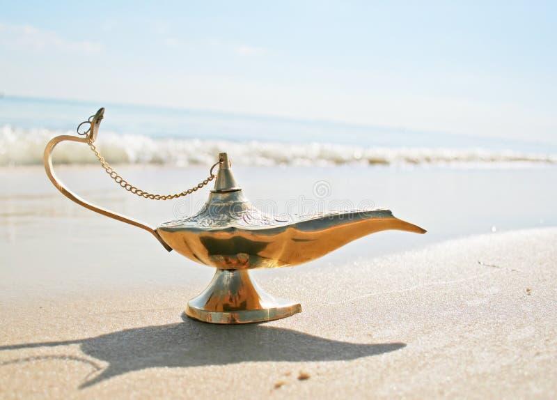 De lamp van Genies op kust stock foto