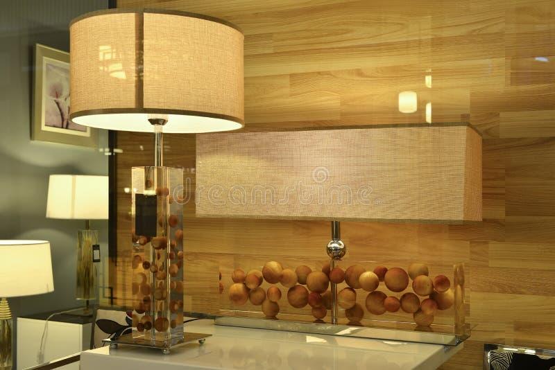 De lamp van het kristalbureau in het venster van de verlichtingswinkel, moderne kunstverlichting, lijstlicht, Kunstlamp, royalty-vrije stock fotografie