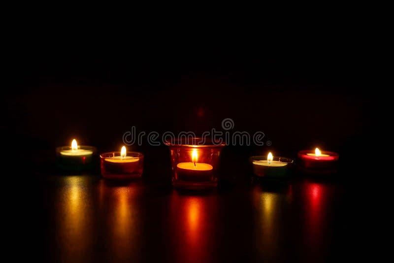 De lampen van de Diwalikaars tijdens van festival worden aangestoken dat stock fotografie