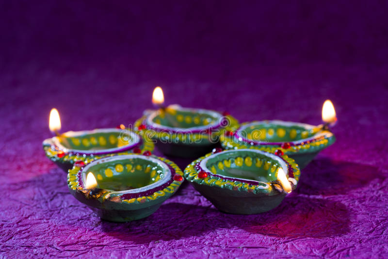 De lampen van kleidiya tijdens Diwali-Viering worden aangestoken die Groetenkaart DE stock fotografie