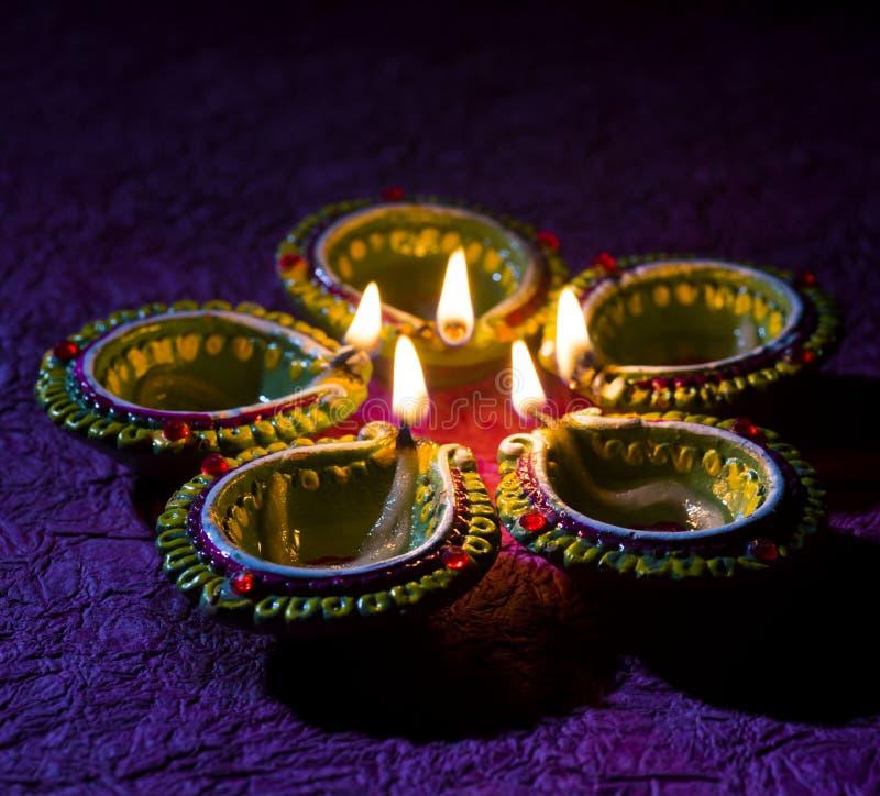 De lampen van kleidiya tijdens Diwali-Viering worden aangestoken die Groetenkaart DE stock afbeelding