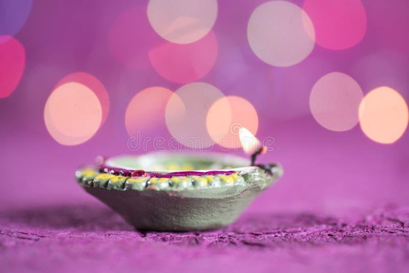De lampen van kleidiya tijdens Diwali-Viering worden aangestoken die Groetenkaart DE stock foto