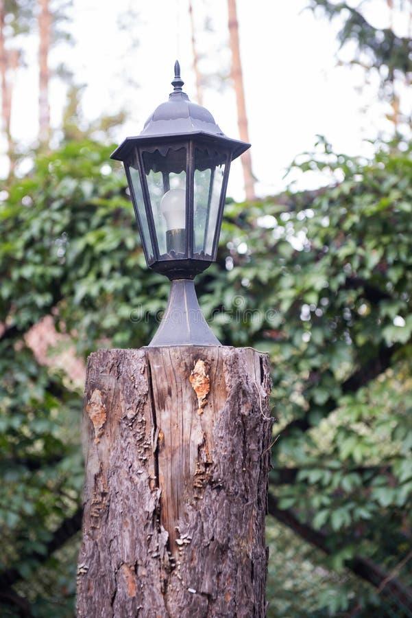 De lampkosten op het houten felling royalty-vrije stock fotografie