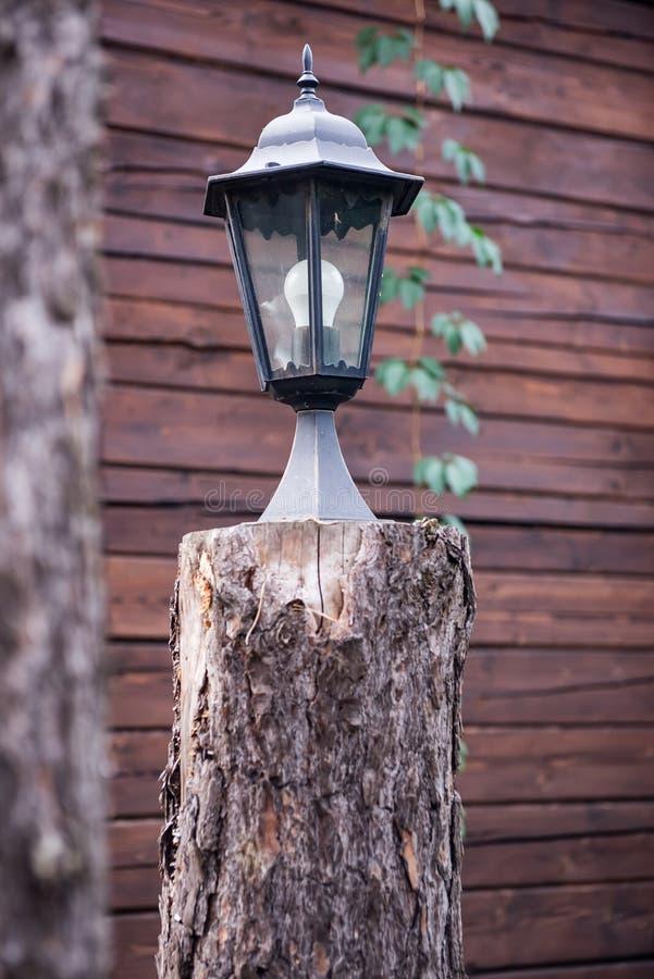 De lampkosten op het houten felling royalty-vrije stock foto