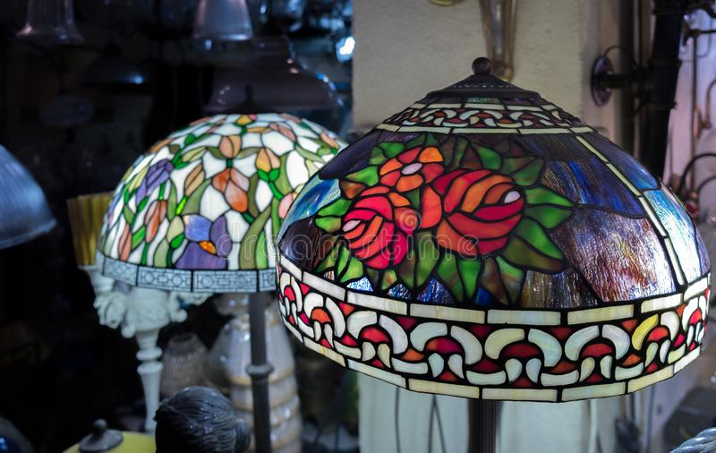 De lampschaduwen van het manierglas voor verkoop bij oude Jaffa-Vlooienmarkt stock afbeelding