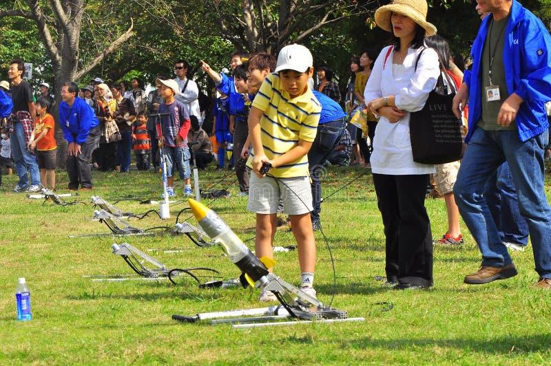 De lancering van de raket door kinderen tijdens open-hous JAXA stock afbeeldingen