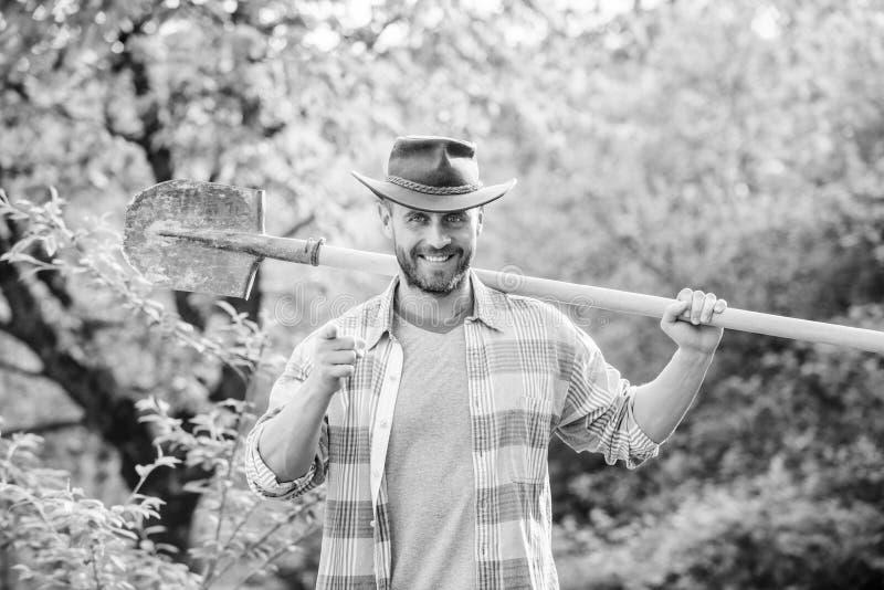 de landbouw en landbouwcultuur Tuinmateriaal spierboerderijmens in cowboyhoed Ecolandbouwbedrijf Oogst sexy landbouwer stock afbeeldingen