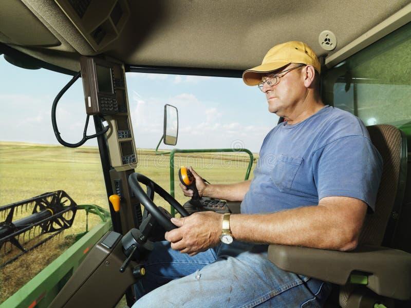 De landbouwer combineert binnen stock afbeelding