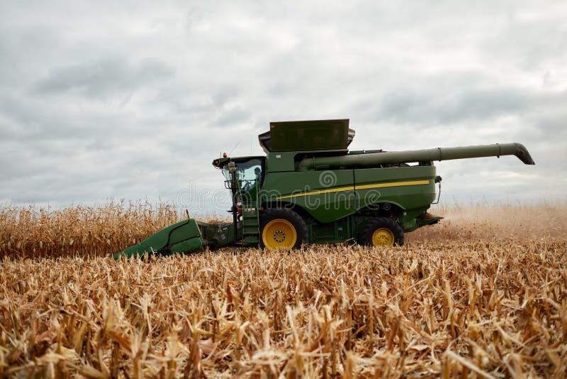 De landbouwer die a drijven maaidorser royalty-vrije stock foto's
