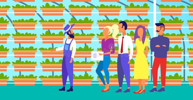 De landbouwer in eenvormig met de groep van landbouwingenieurs het inspecteren het groeien plant verticale landbouwbedrijf organi stock illustratie