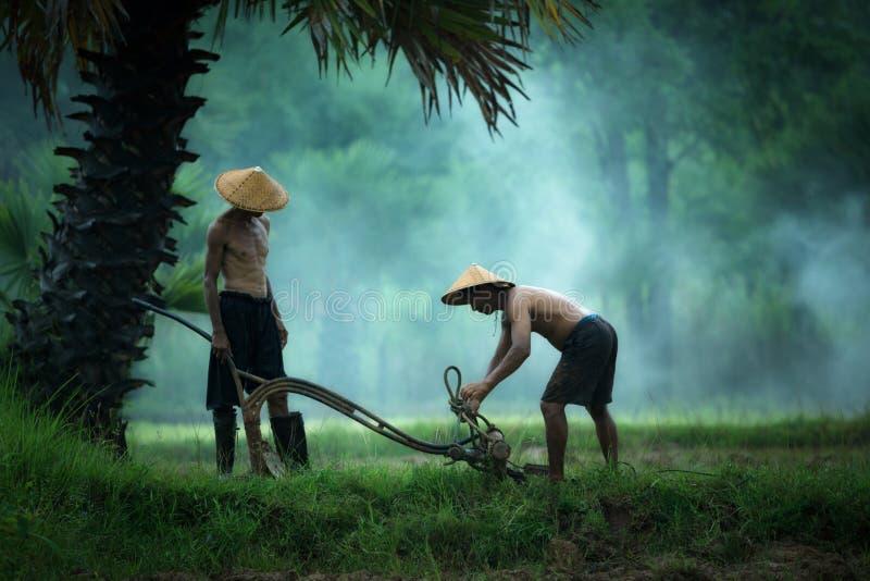 De landbouwers bereiden hulpmiddelen voor landbouwers voor royalty-vrije stock afbeelding