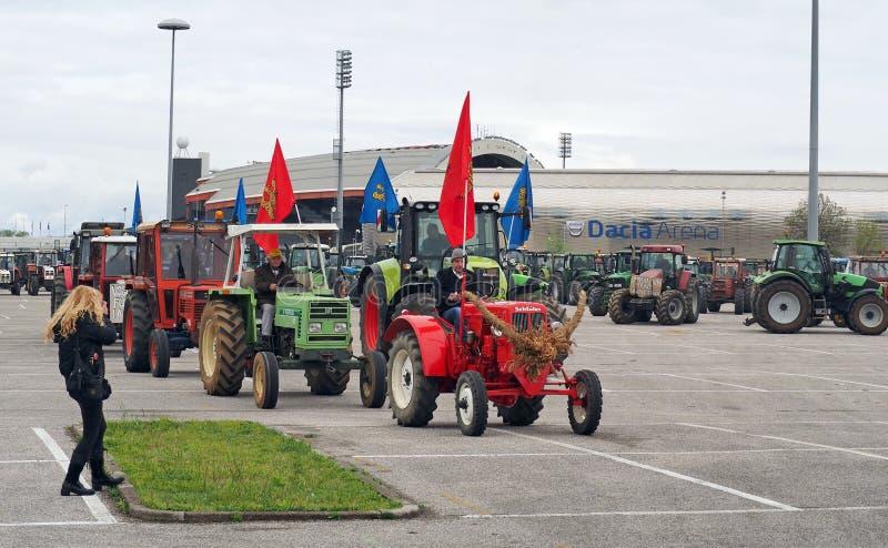 De landbouwers protesteren in beweging tegen bijenmortaliteit met honderden tractoren stock foto