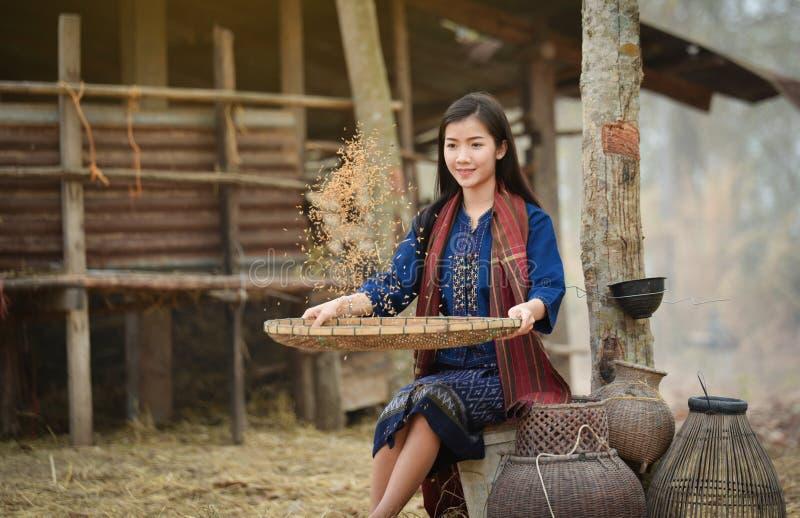 De landbouwkundige van de de Meisjeslandbouwer van levensstijlazië met gelukkige glimlach stock afbeeldingen