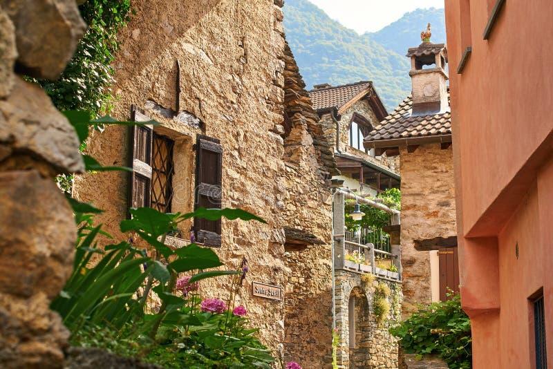 De landelijke Zwitserse straat van het bergdorp in Zuidelijk Zwitserland, Kanton van Ticino dichtbij Bellinzona stock fotografie