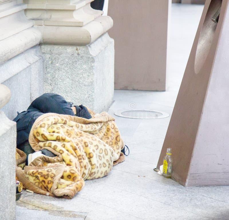 De Landlopers en drunks de slaap van Frankrijk op de straat royalty-vrije stock foto