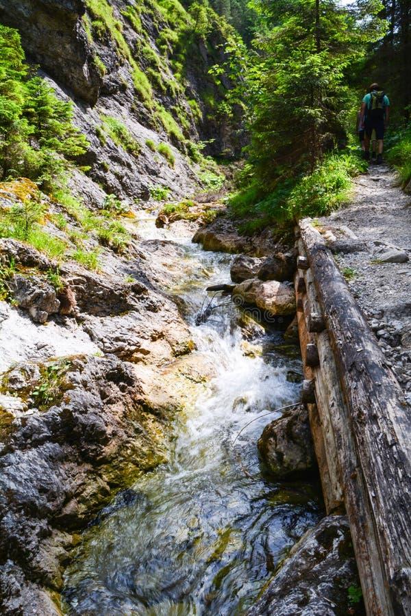De landschappen van bergstromen met stoepen en de mensen stock afbeelding