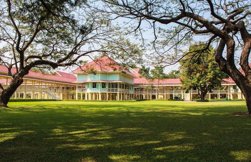 De landschapsscène van Marukhathaiyawan-Paleis verblindt het meest houten pala royalty-vrije stock foto's