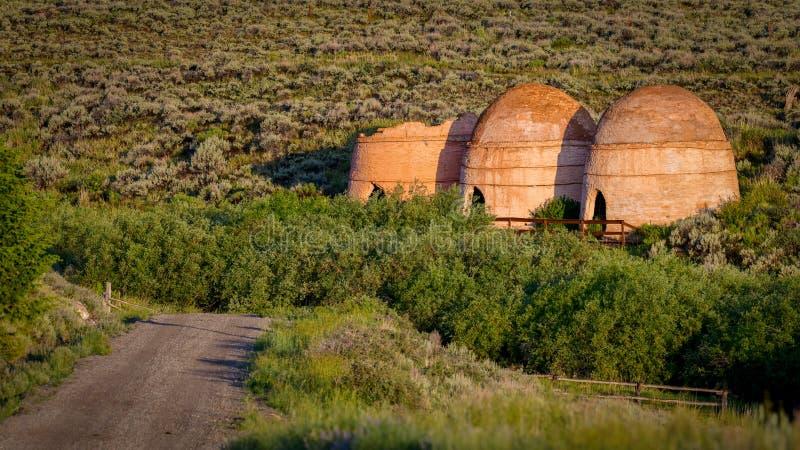 De landweg leidt tot een populaire toeristische attractie in de wildernis van Idaho royalty-vrije stock afbeelding