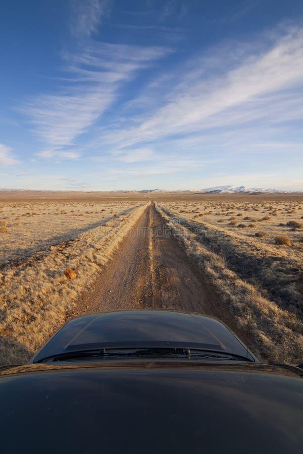 De Landweg van de woestijn met Vrachtwagen stock afbeeldingen