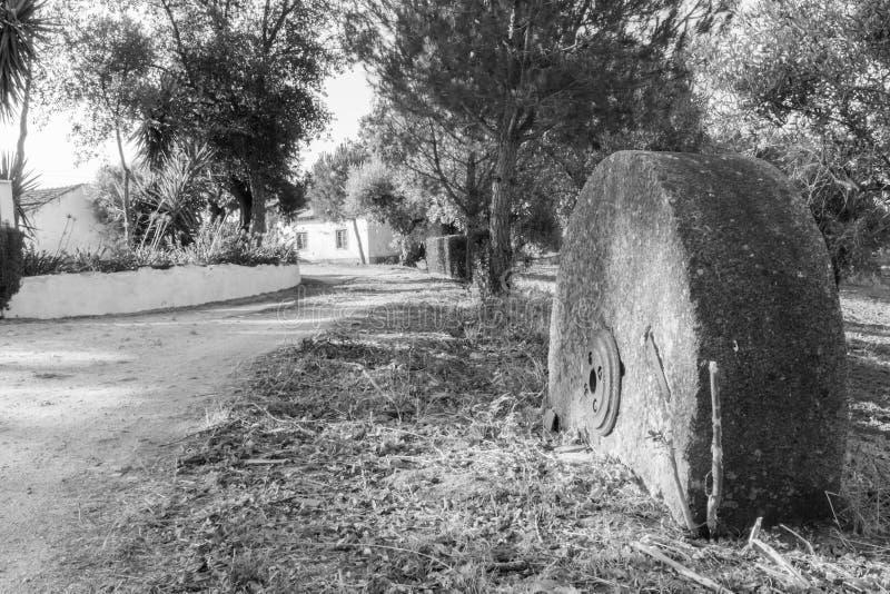 De Landweg van het steenwiel dichtbij oud landbouwbedrijf royalty-vrije stock afbeeldingen